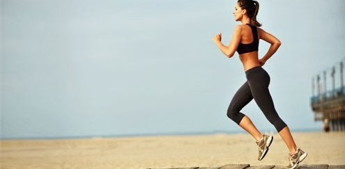 mulher-corrida-dieta-emagrecer-praia-17894