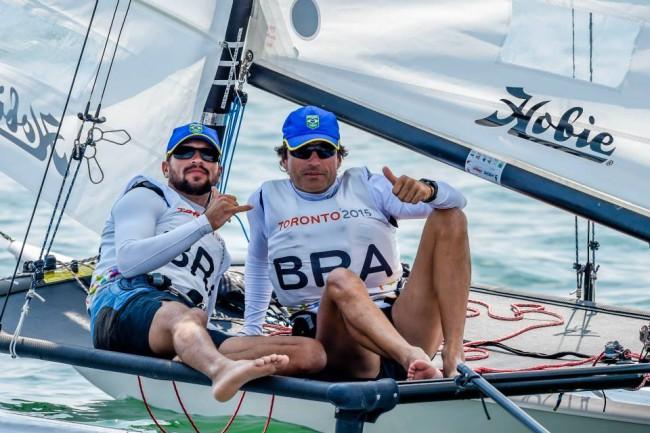 Foto de Claudio Teixeira e Bruno Oliveira representando o Brasil nos Jogos Pan Americanos de Toronto em 2014