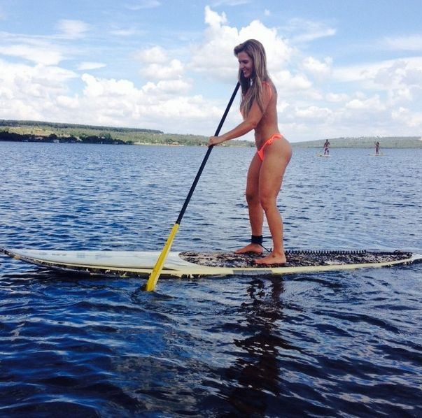 Denise Rocha exibe corpão ao praticar stand up paddle