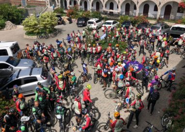 200 atletas pedalam de Caruaru até o teatro de Nova Jerusalém localizado no agreste de Pernambuco